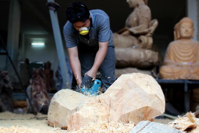 Điêu khắc tượng gỗ bằng tay giá nửa tỷ ở Sài Gòn